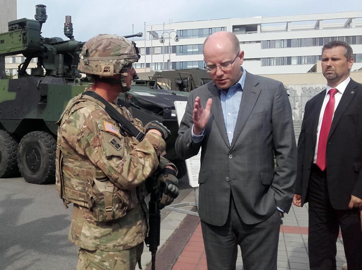 Bohuslav Sobotka a americký voják