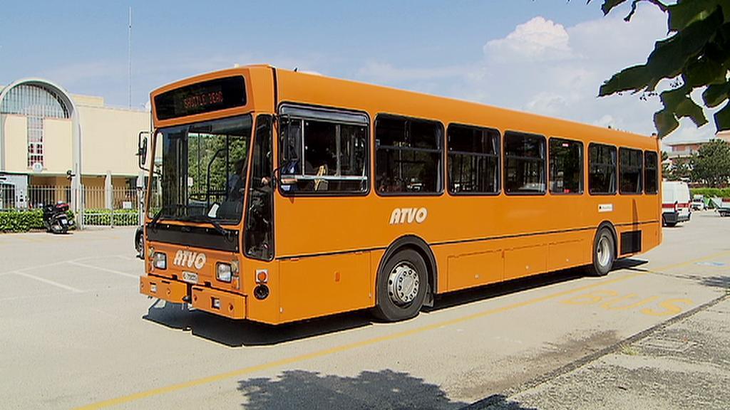 Autobus v Bibione vozí turisty na pláž zdarma