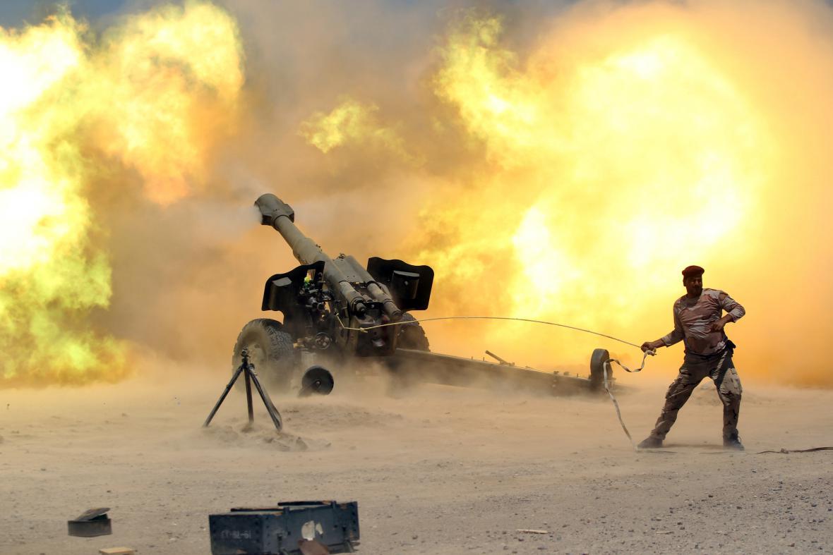 Člen iráckých jednotek v boji s islamisty