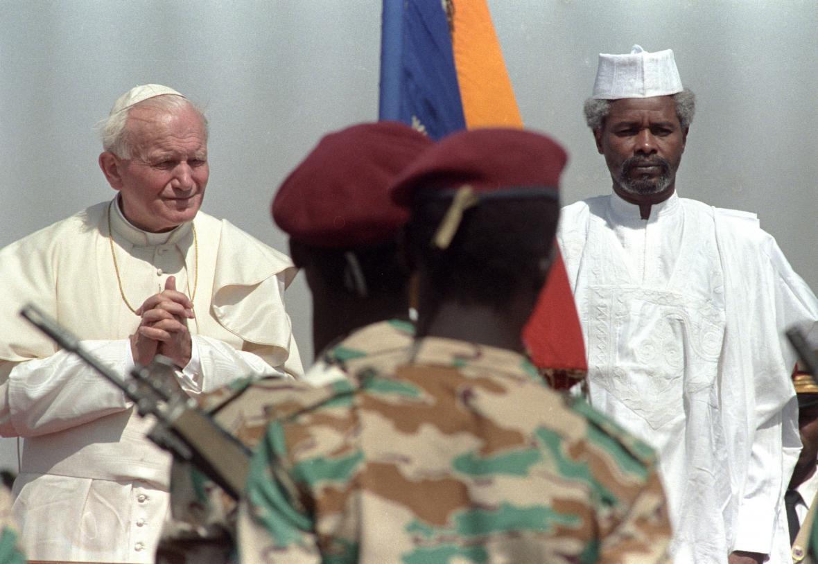 Papež Jan Pavel II. a tehdejší čadský prezident Hissen Habré (1990)