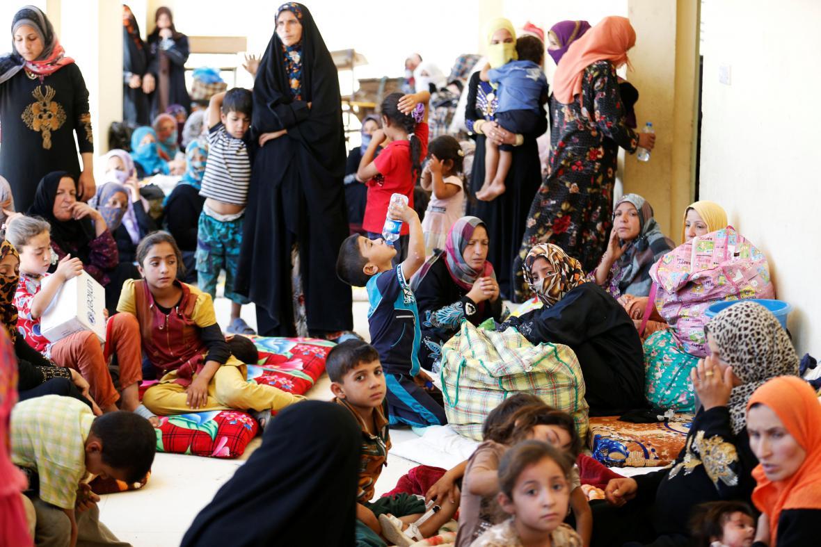 Civilisté, kteří uprchli z předměstí Fallúdži, se provizorně shromáždili v nedalekém městě Karma.