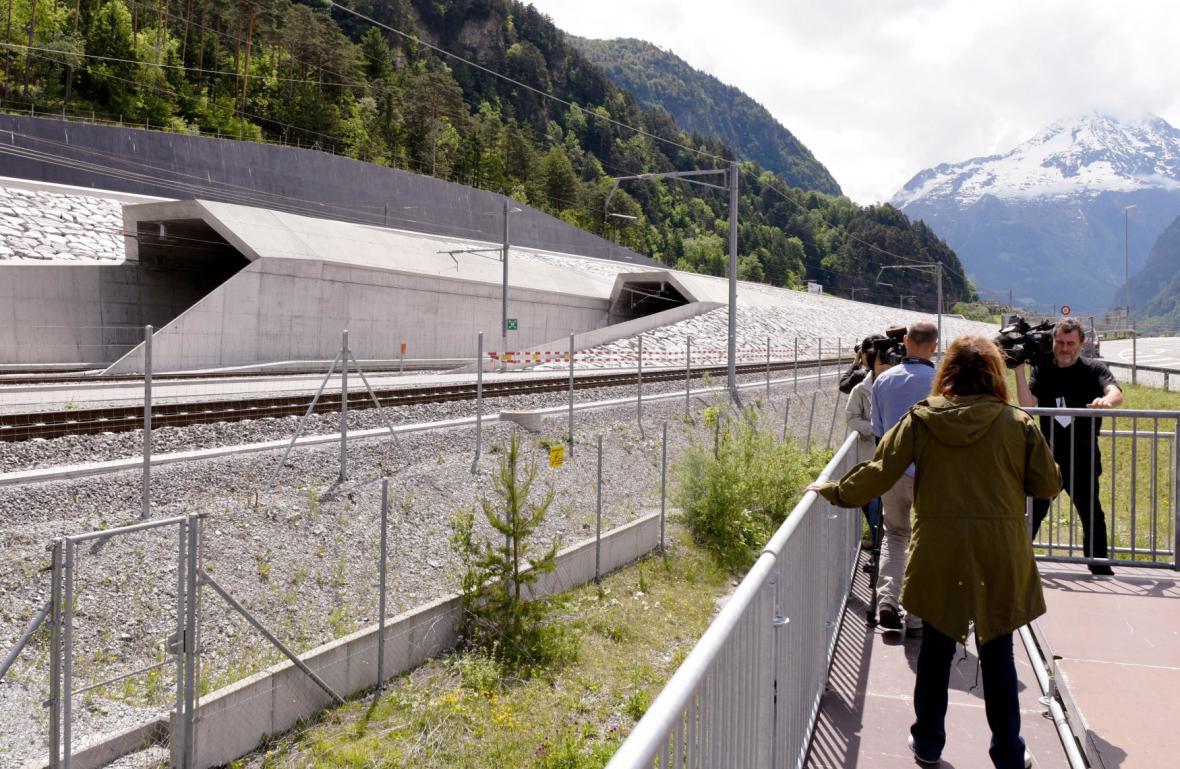 Lidé čekají na otevření gotthardského tunelu