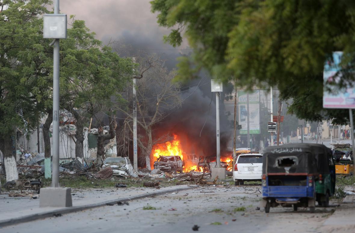 Ulice před hotelem Ambassador po útoku teroristů