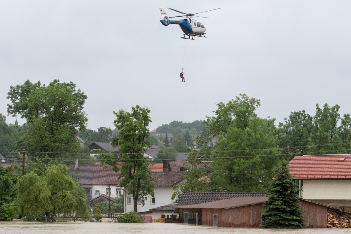 Obyvatele Trifternu musela z domů zachraňovat helikoptéra