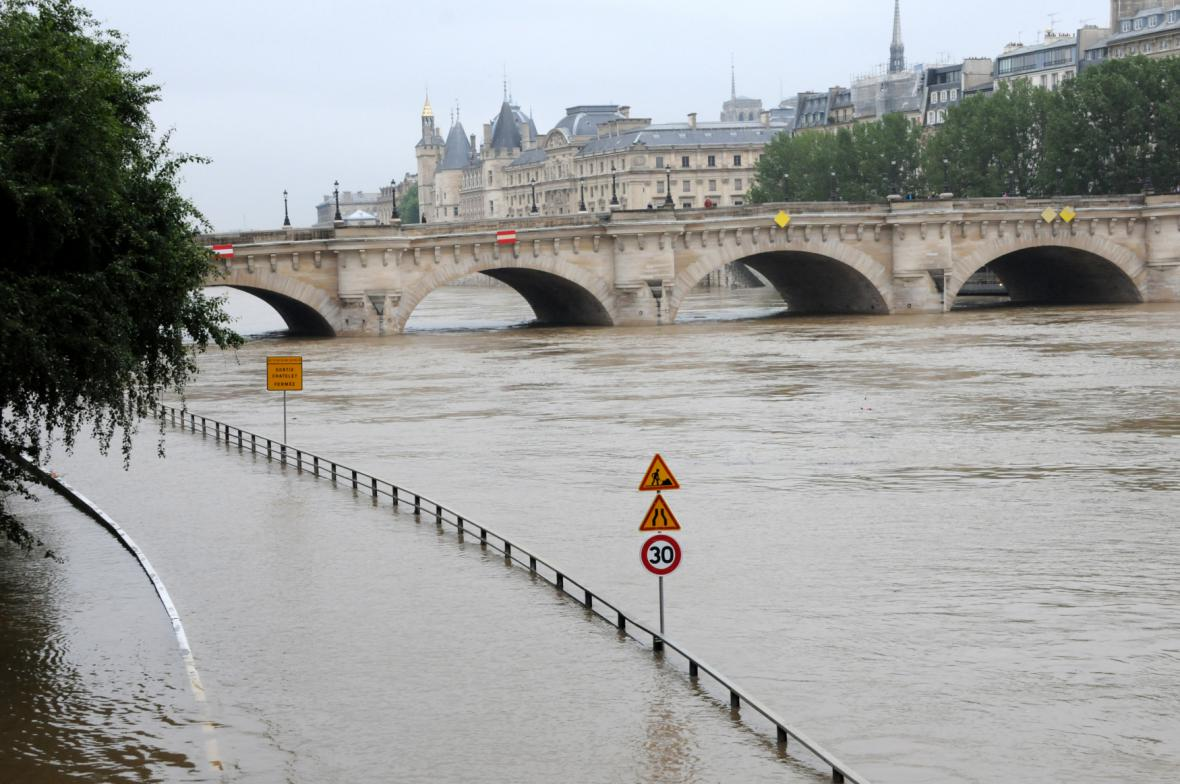 Rozvodněná Seina v Paříži