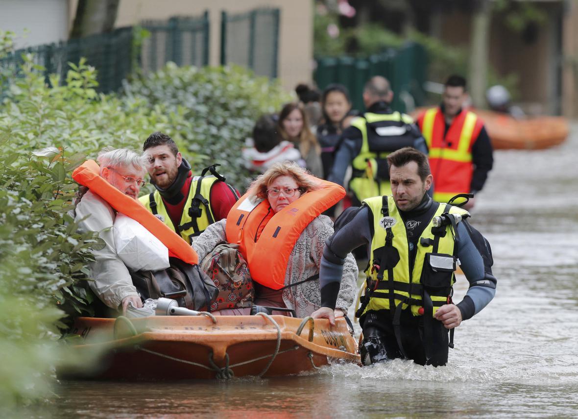 Hasiči evakuují obyvatele obce Longjumeau jižně od Paříže