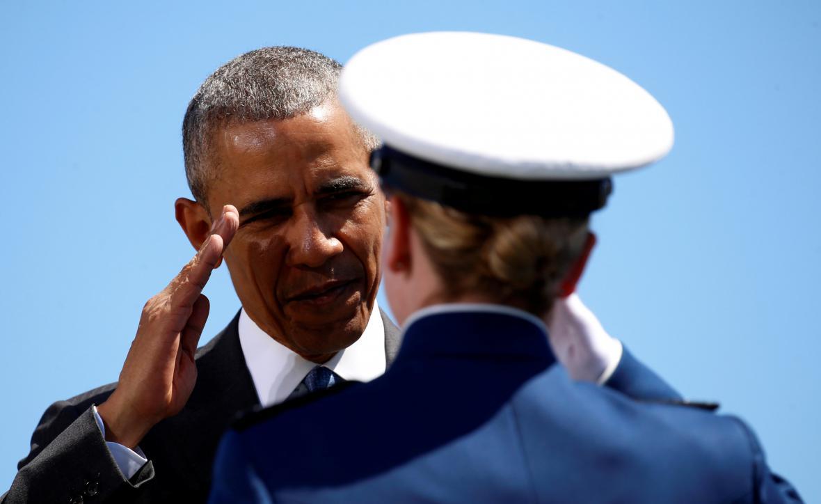 Obama zdraví absolventku armádní letecké akademie v Colorado Springs