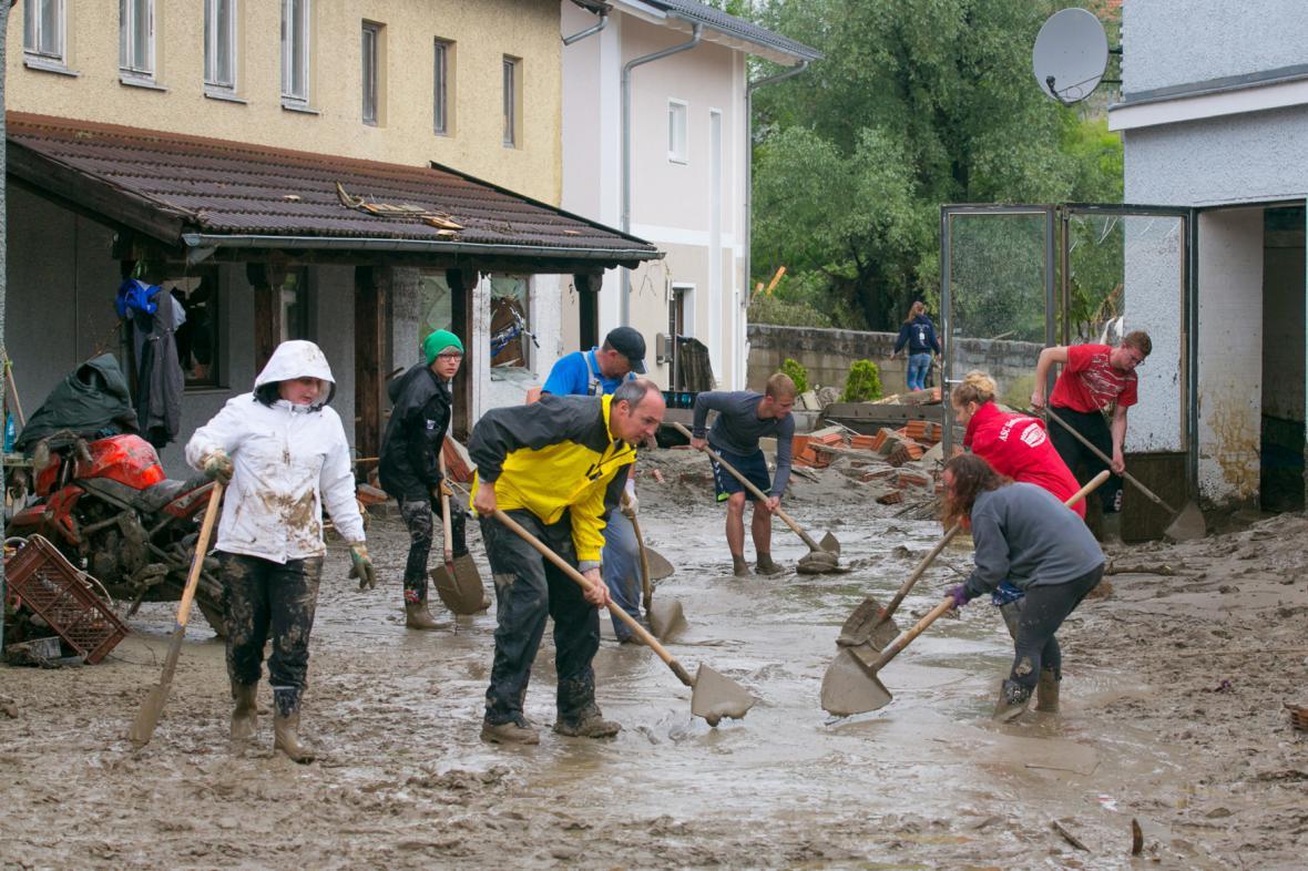 Obyvatelé Simbachu odklízejí bahno