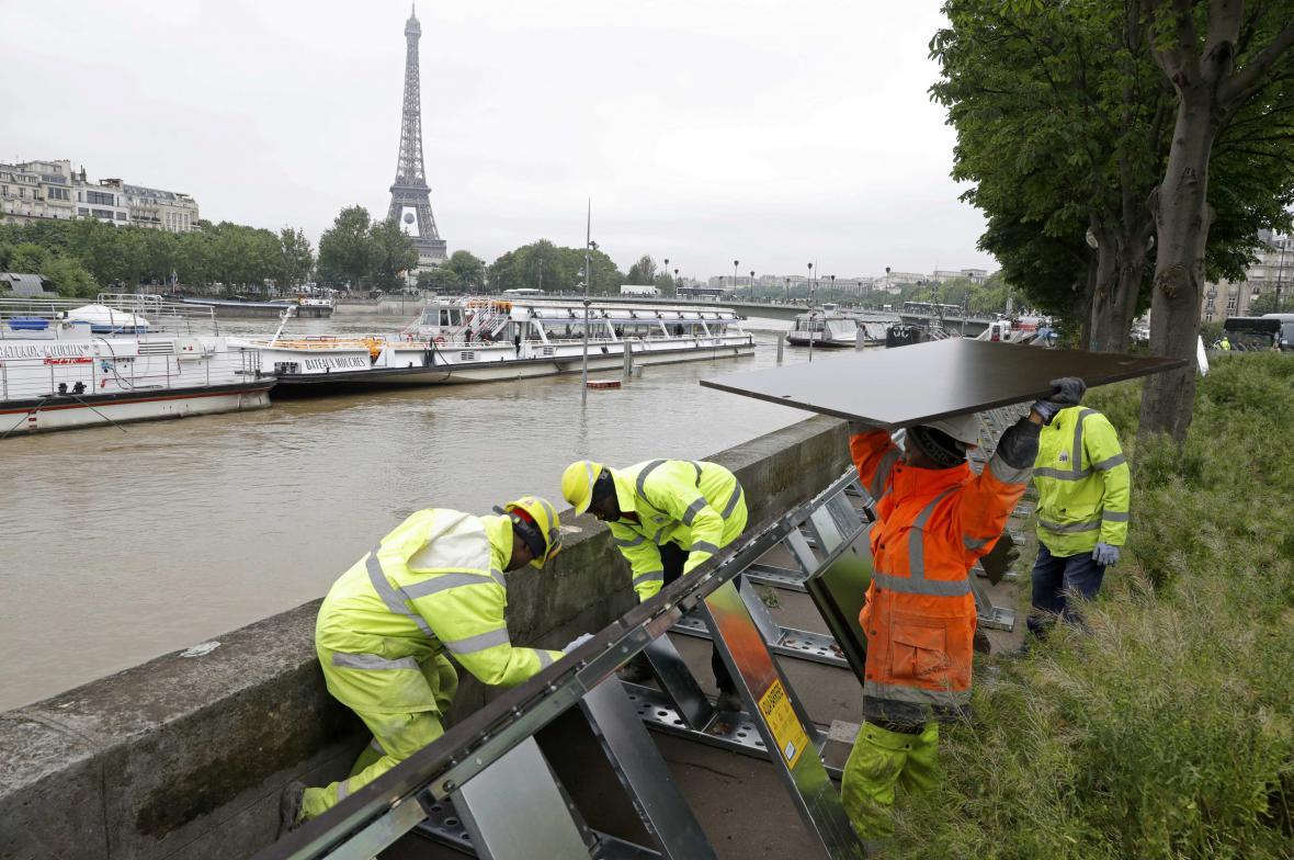 V centru Paříže rostou protipovodňové zábrany