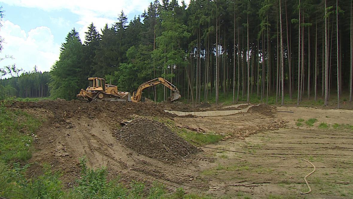 Nový rybník Křivá bříza vzniká v lesích za Vyškovem