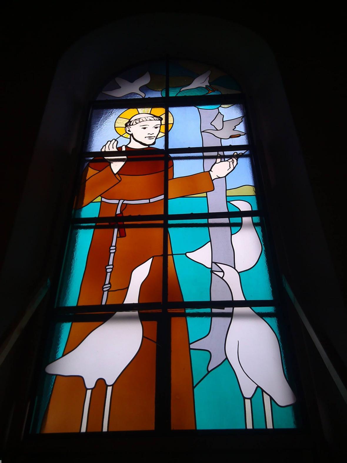 Sv. František z Assisi na vitráži v železnickém kostele sv. Jiljí