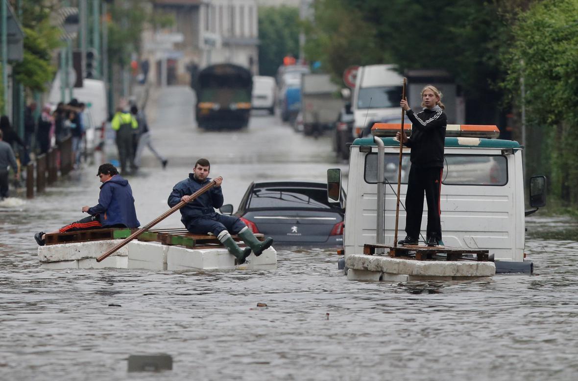 Evakuace lidí z pařížského předměstí Villeneuve Saint-Georges