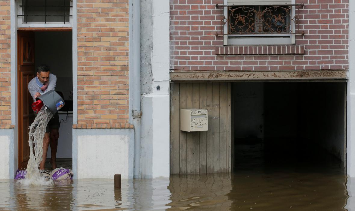Lidem na pařížském předměstí se již voda dostala do domů