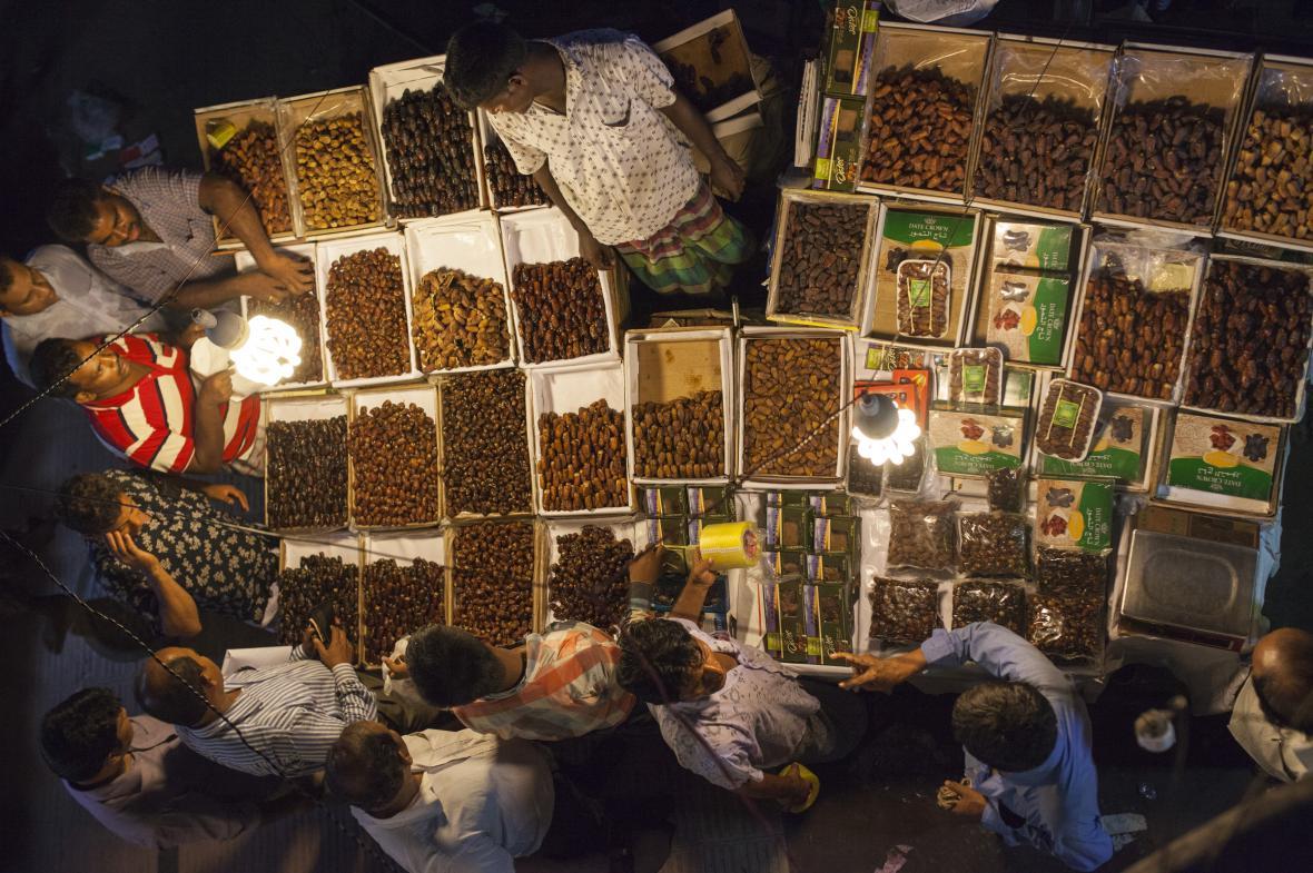 Muslimové v Bangladéši nakupují datle