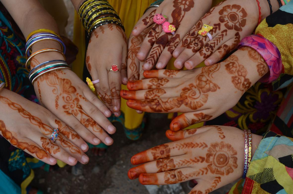 Dívky v Pákistánu si při svátku íd al-fitr tetují ruce henou