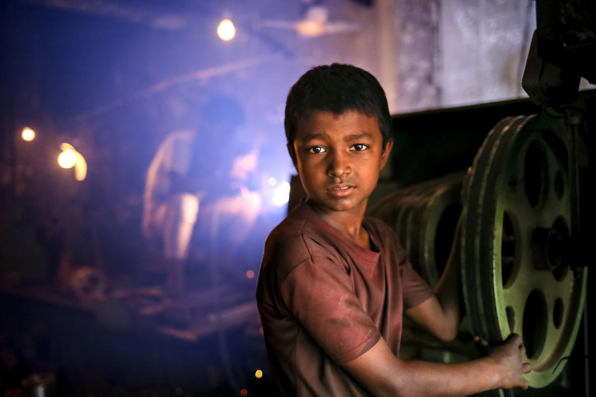 Na výrobě lodí v Bangladéši se podílejí nezletilí