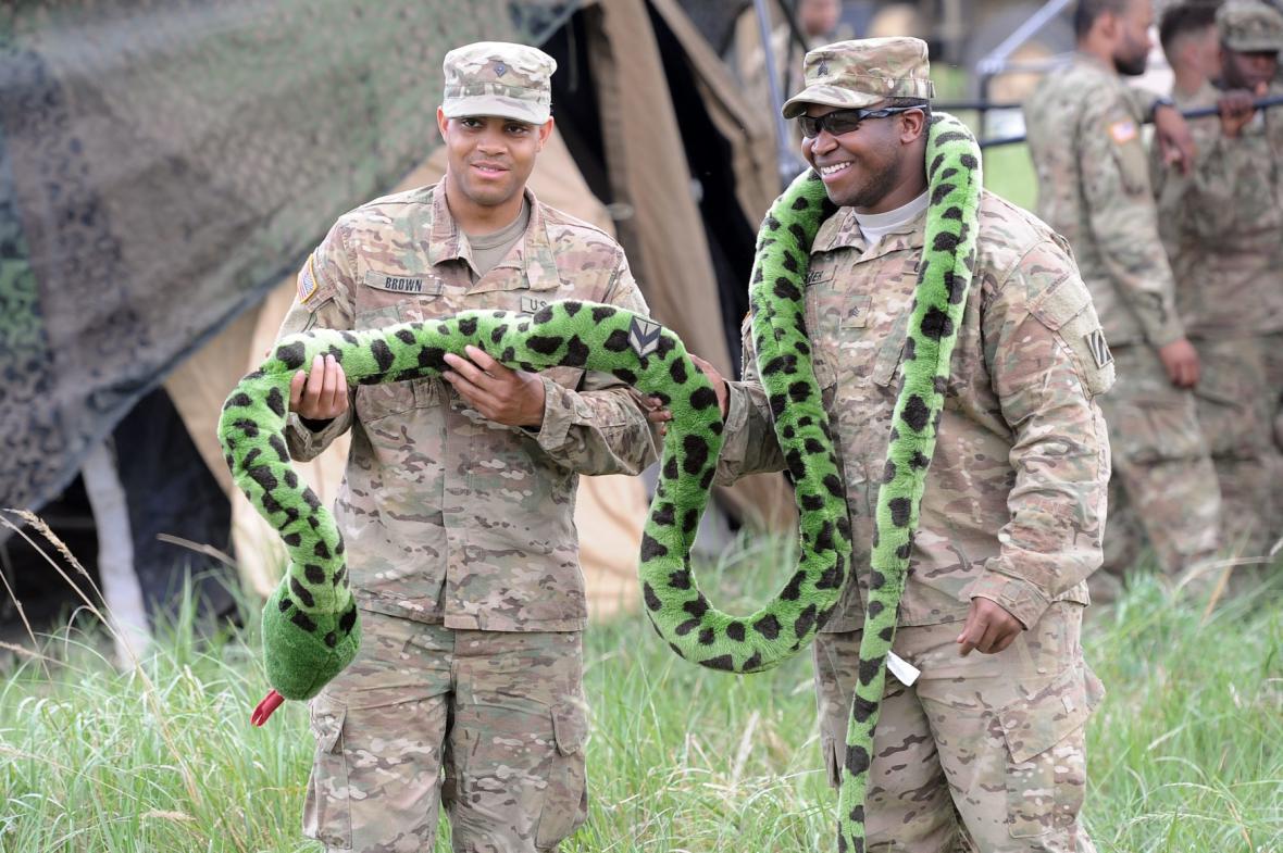 Vojáci NATO s plyšovou anakondou