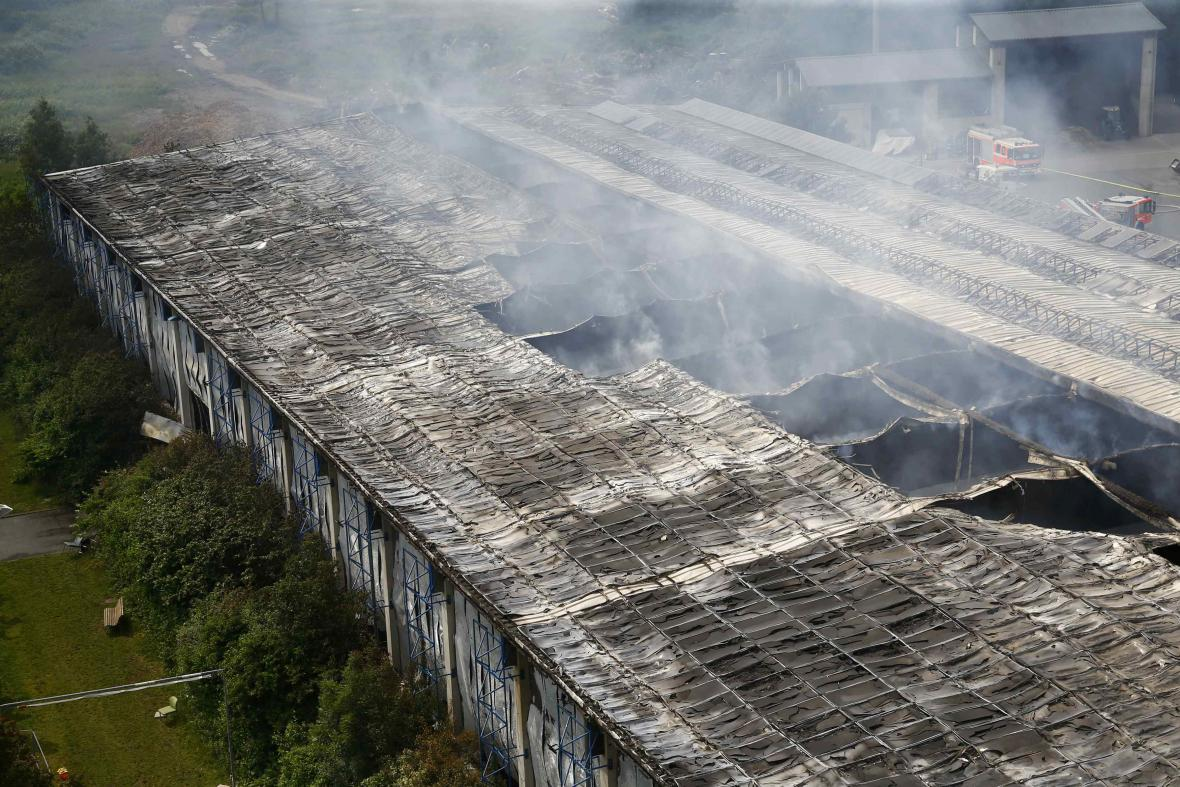 Propadlá střecha na vyhořelé ubytovně pro uprchlíky v Düsseldorfu