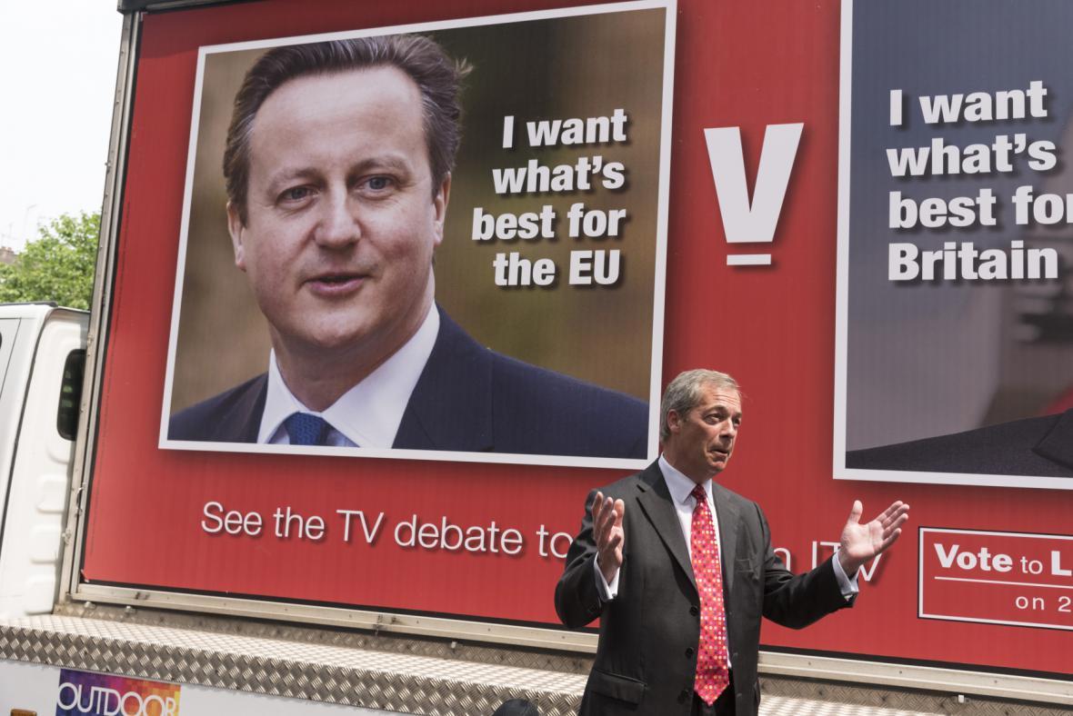 Davida Cameron (na billboardu) a Nigel Farage