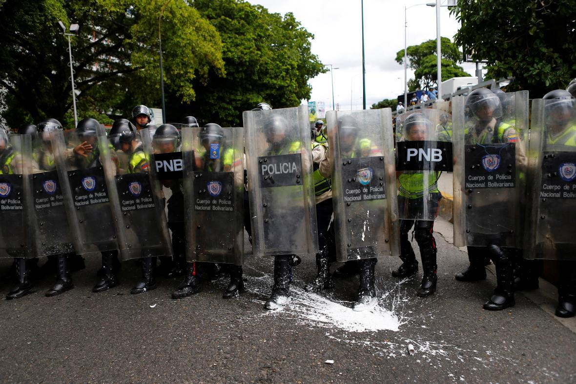 Policie na demonstraci venezuelské opozice