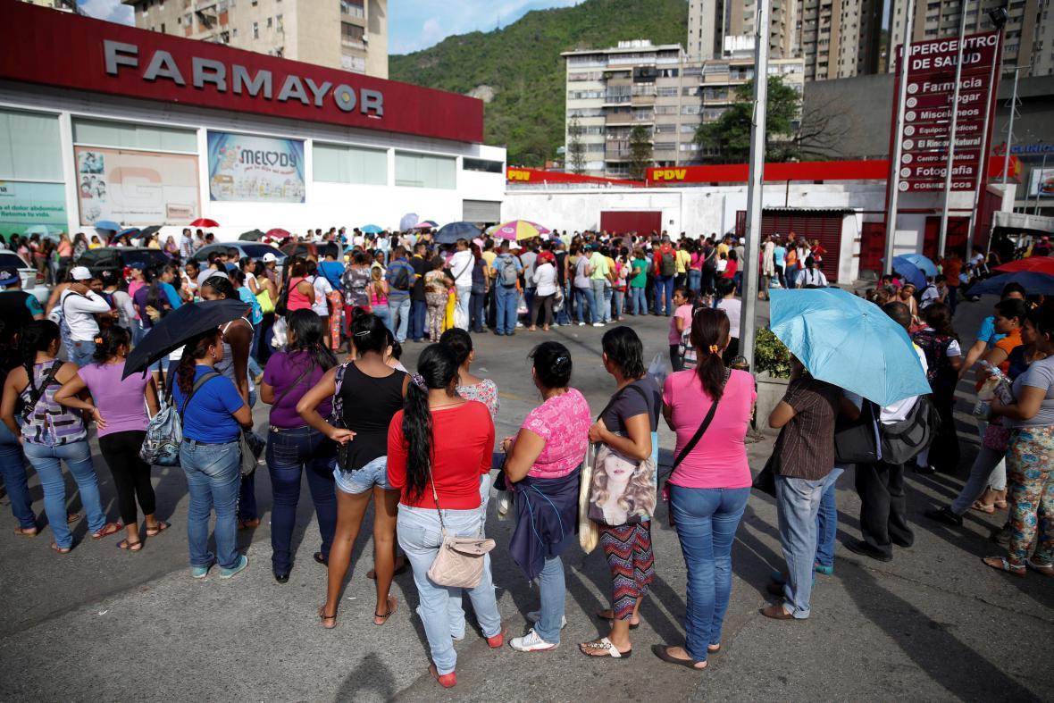 Venezuelané stojí frontu na pleny a toaletní papír