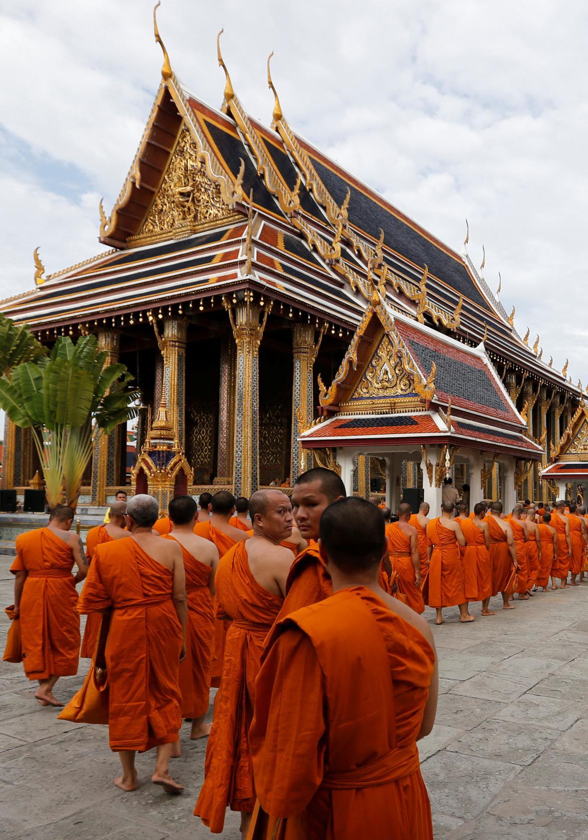 Průvod mnichů v rámci oslav 70. výročí panování Rámy IX.