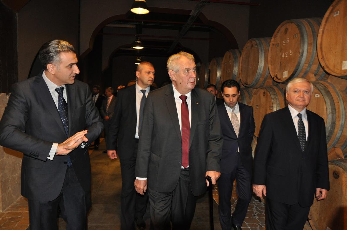 Prezident Zeman v likérce Ararat