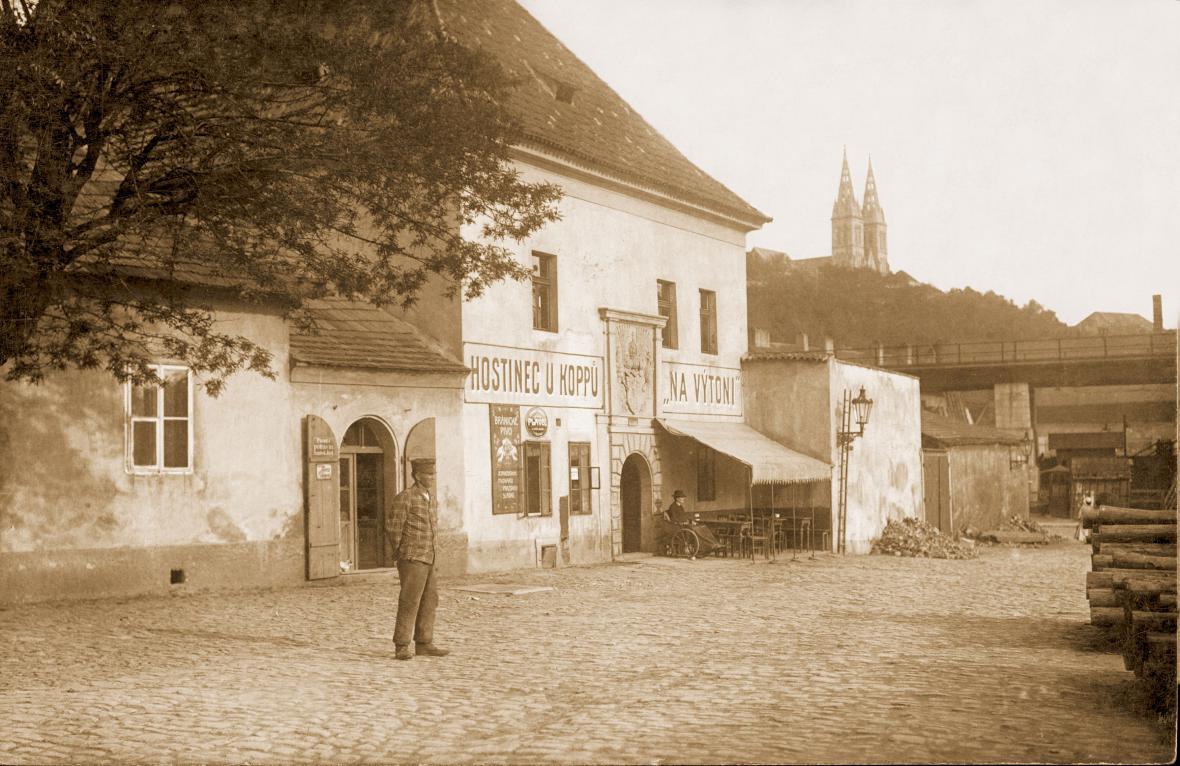 Celnice na Výtoni s hostincem U Koppu kolem r. 1905