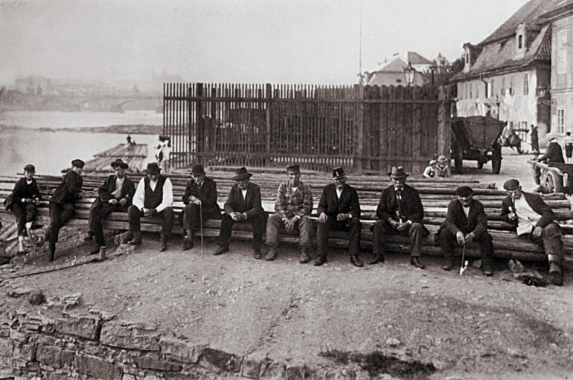 Odpočívající Podskaláci na kládách kolem r. 1905