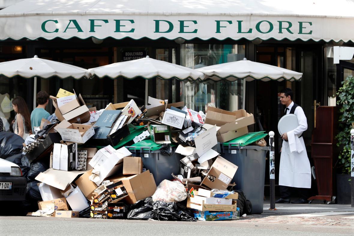 Nevyvezené odpadky v ulicích Paříže kvůli stávce popelářů