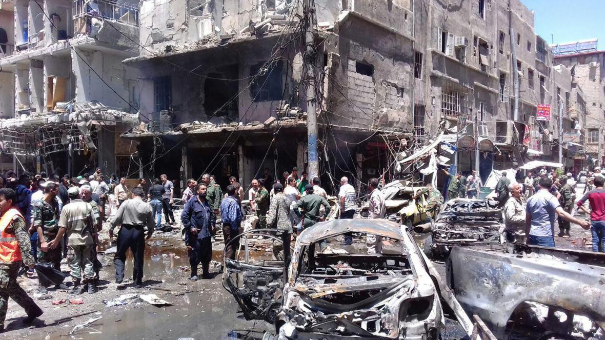 Předměstí Damašku po výbuchu nálože a útoku sebevražedného atentátníka
