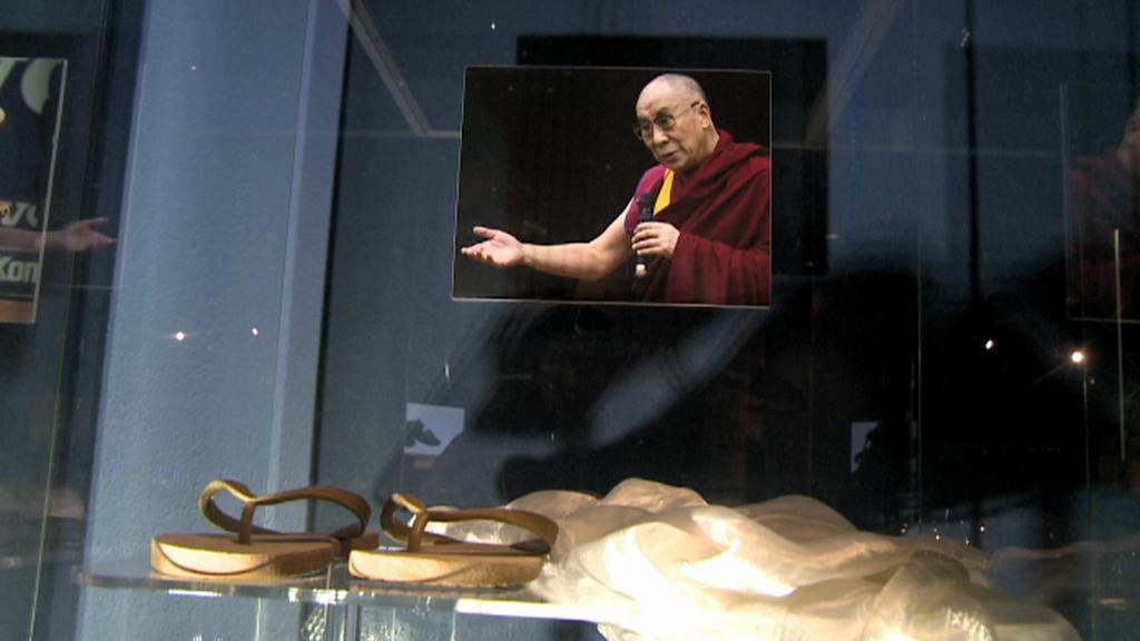 Dalajlámovy sandále v Baťově muzeu obuvi v Torontu