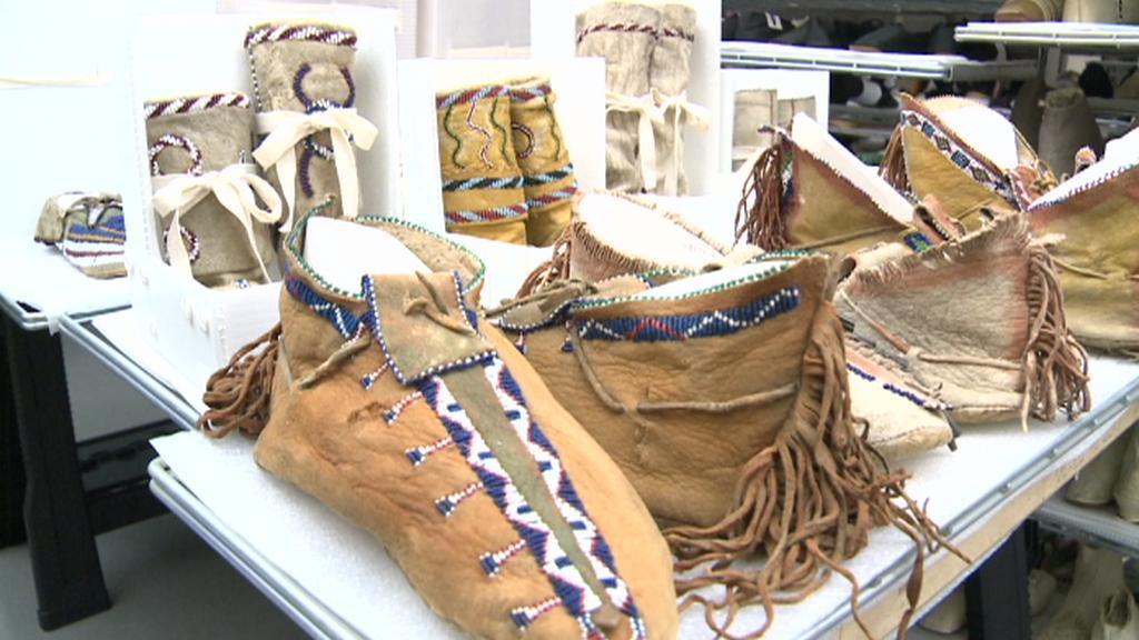 300 let staré boty Indiánů v Baťově muzeu obuvi v Torontu