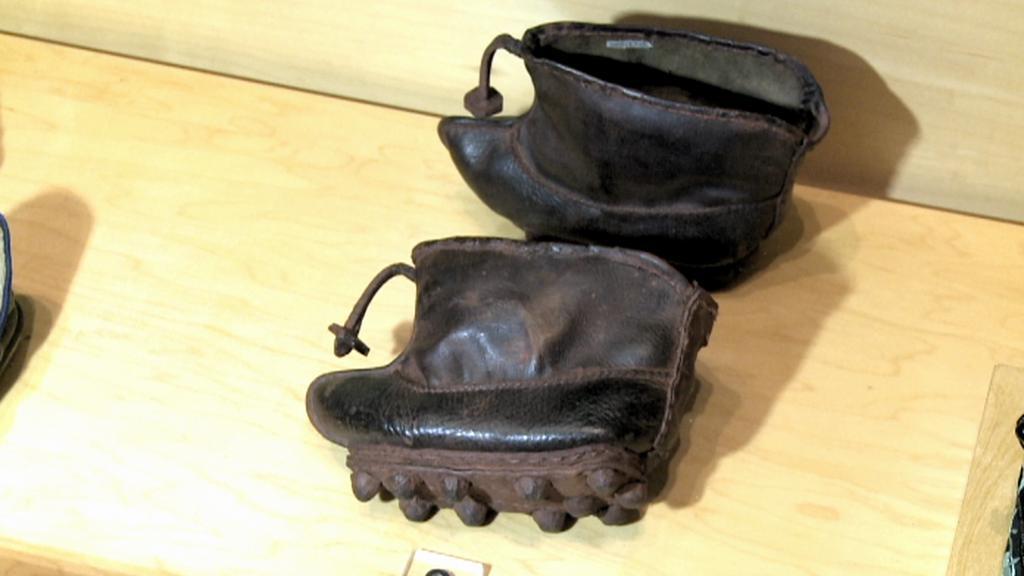 Historické boty čínských dívek v Baťově muzeu obuvi v Torontu
