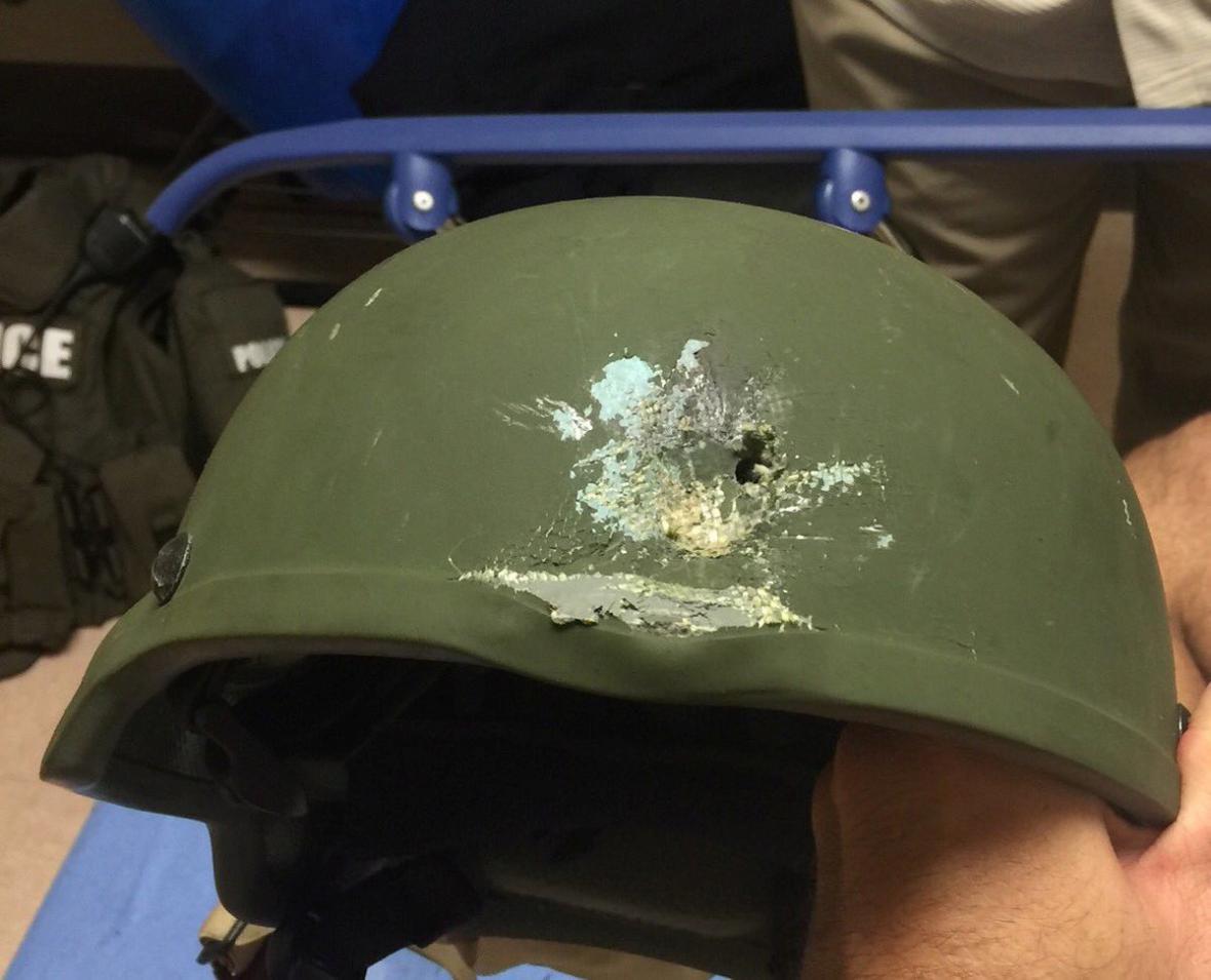 Jednomu ze zasahujících zachránila život kevlarová helma