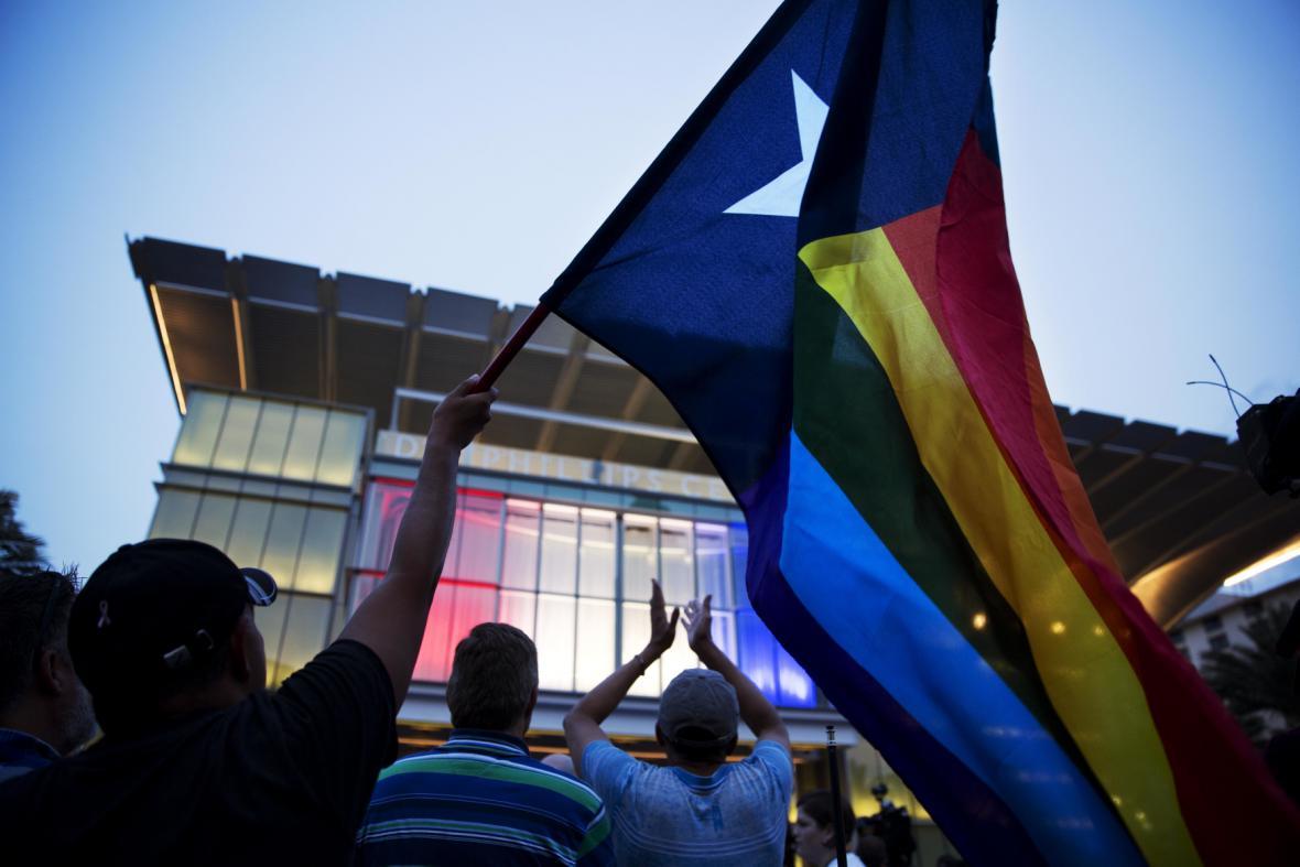 Během vigilie v Orlandu vlály duhové vlajky