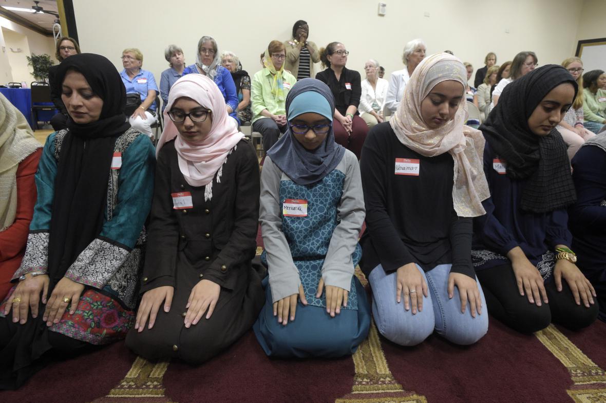 Muslimové se modlí za oběti ve floridském Logwoodu