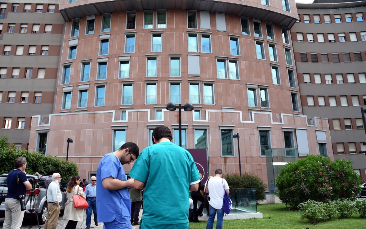 Příznivci Berlusconiho a novináři před nemocnicí San Raffaele
