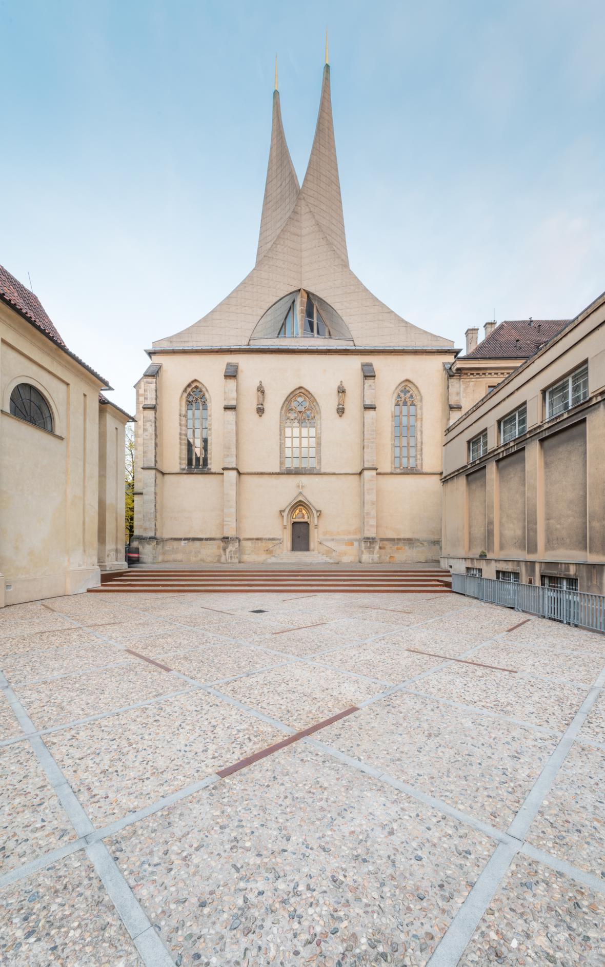 Piazzetta u kaple sv. Kosmy a Damiána v Emauzích, Praha