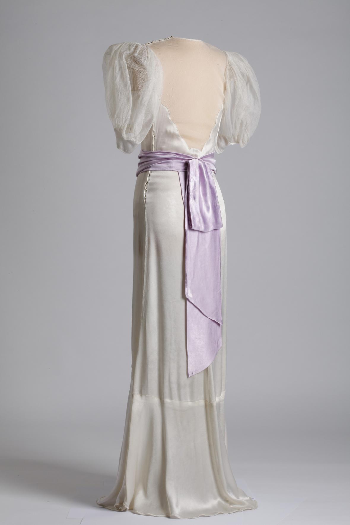 Dívčí šaty na ples s bohatými rukávy, acetátový satén a viskózový tyl, 1936