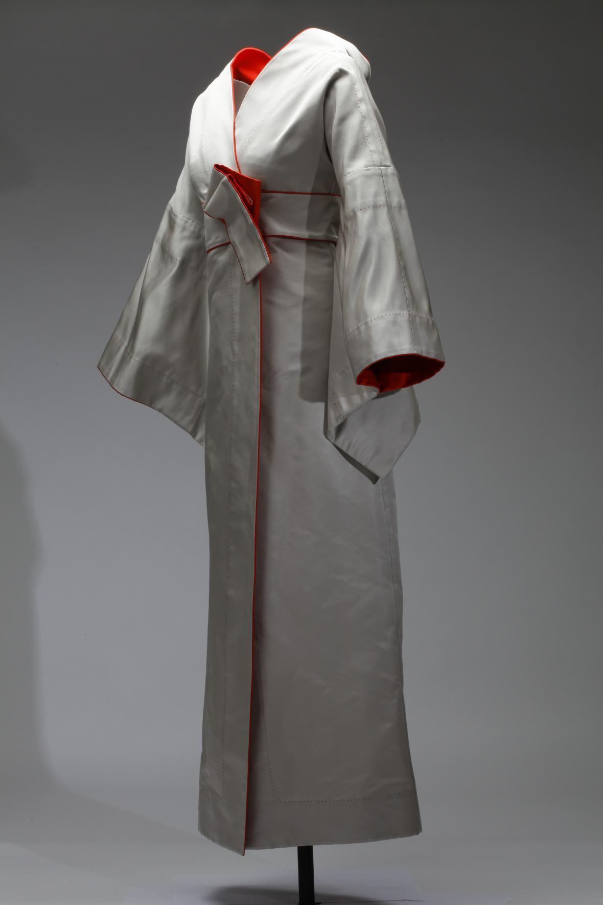 Šaty společenské dámské, inspirované japonským kimonem, hedvábný satén, Liběna Rochová, 2015