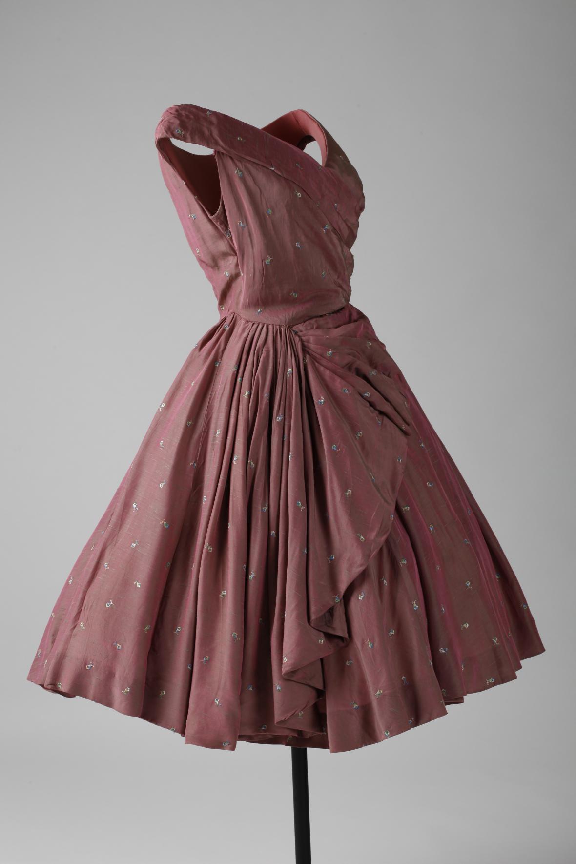 Šaty dívčí společenské růžové s drobnou strojovou výšivkou, šantungové hedvábí s šanžánovým efektem, Salon Eva – dříve Hanna Podolská, 1957–1959