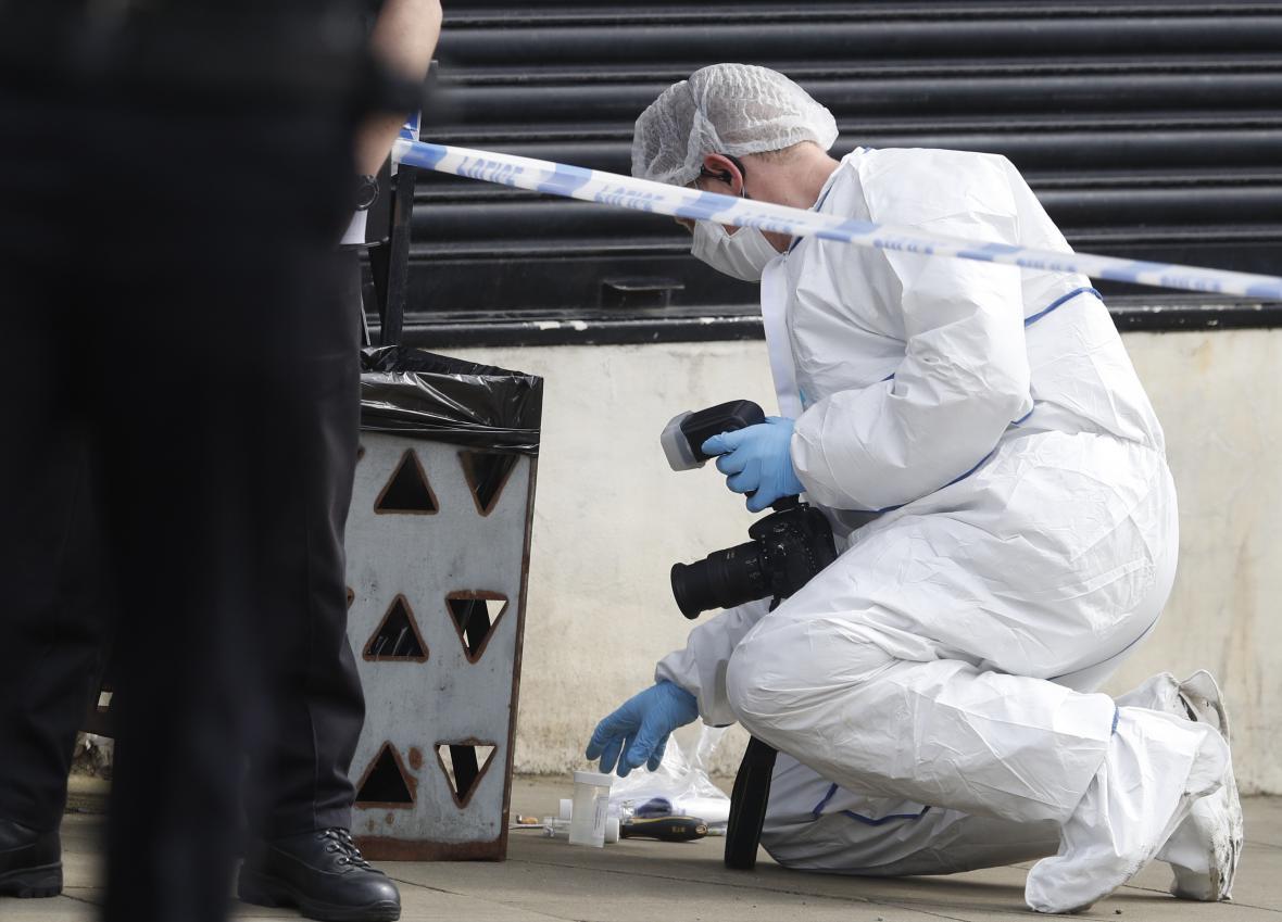 Zajišťování stop na místě činu vraždy britské poslankyně Jo Coxové