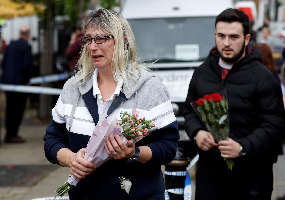 Lidé nosí květiny na místo vraždy v Birstallu