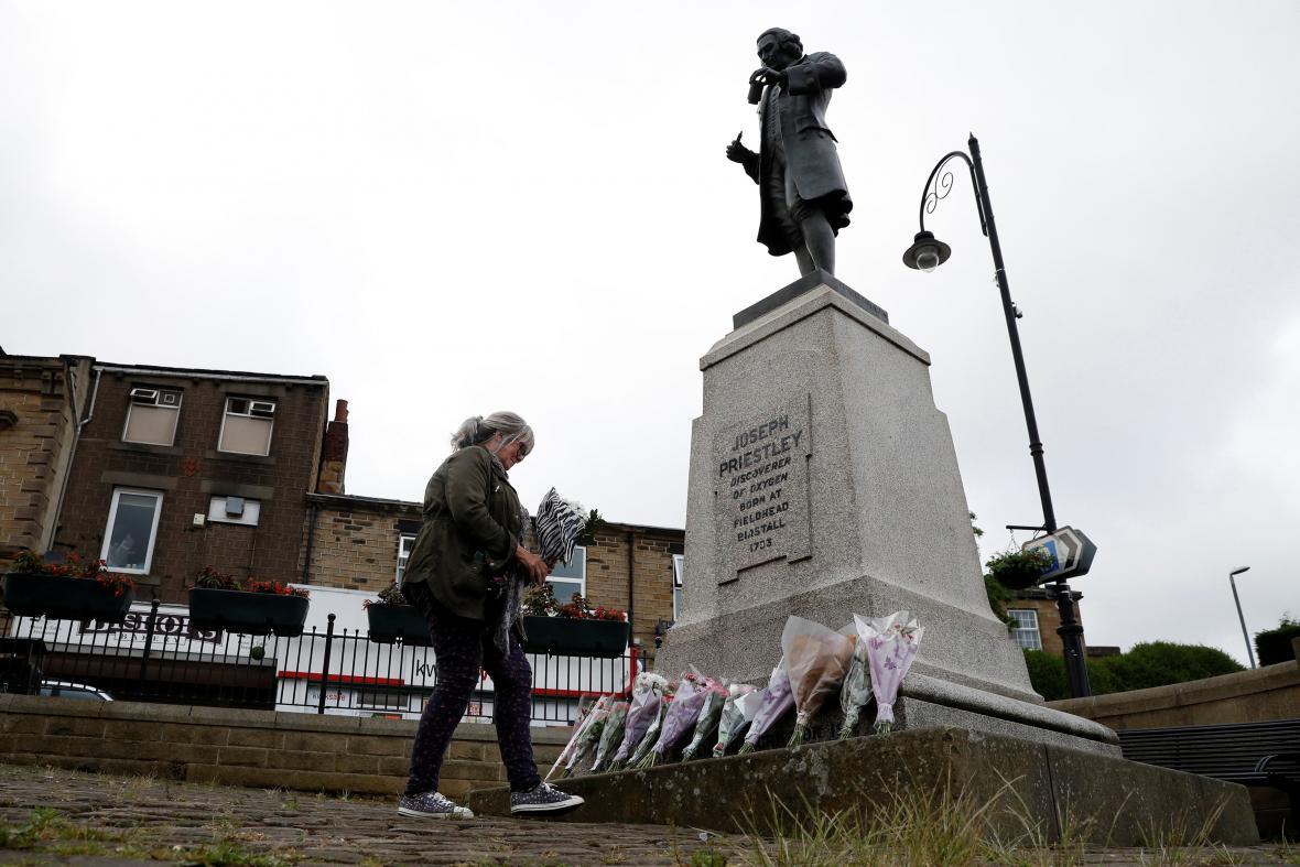 Lidé nosí květiny k památníku v Birstallu