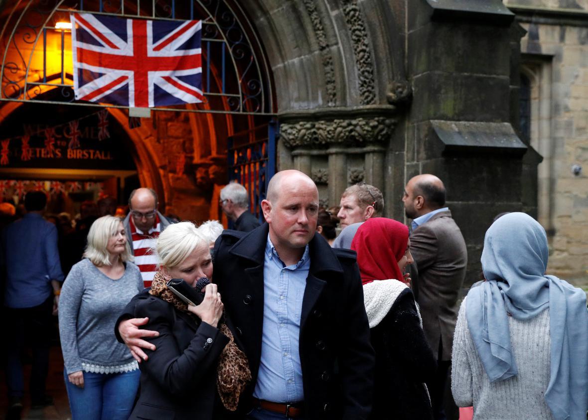 Lidé opouštějí kostel svatého Petra v Birstallu
