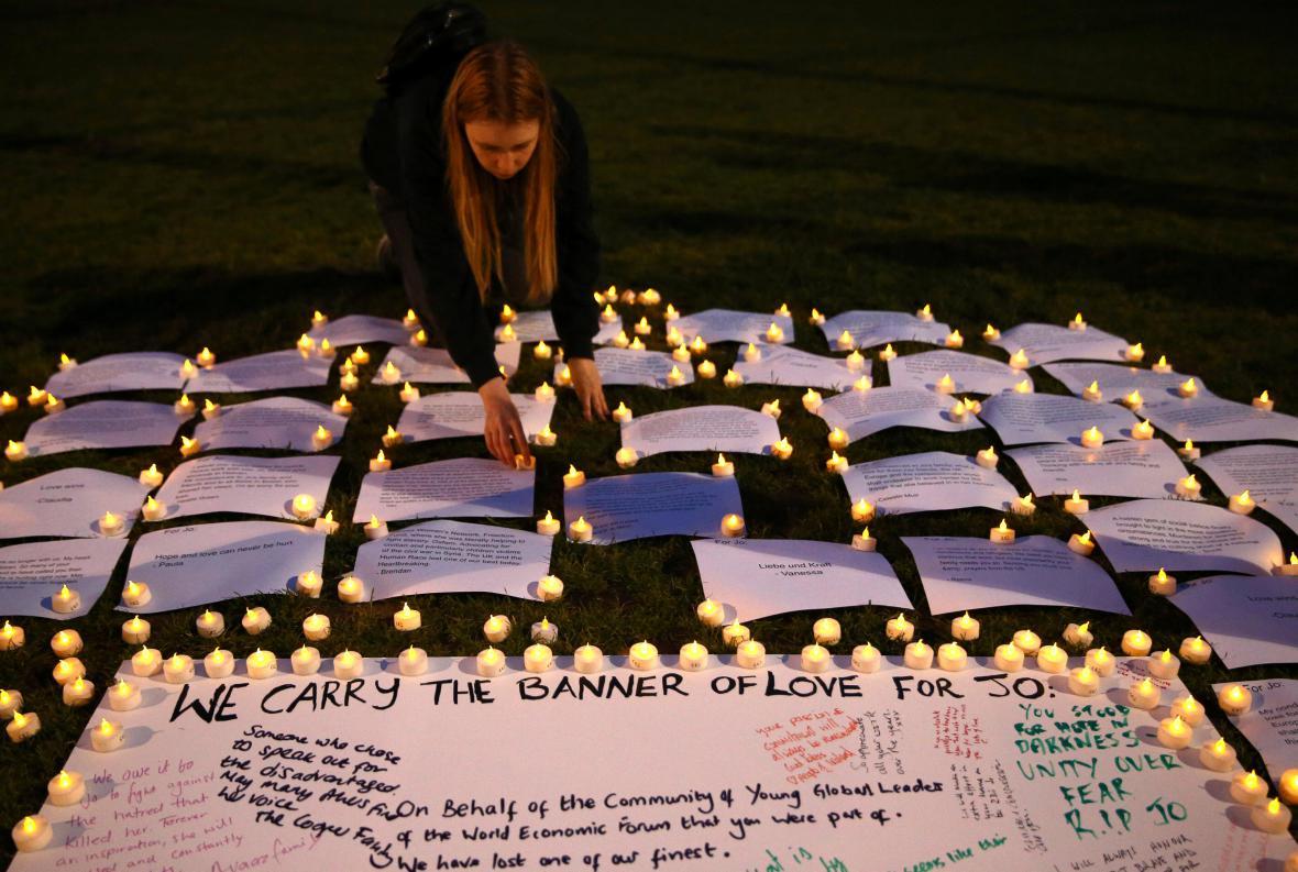 Svíčky za Jo Coxovou na Parlamentním náměstí