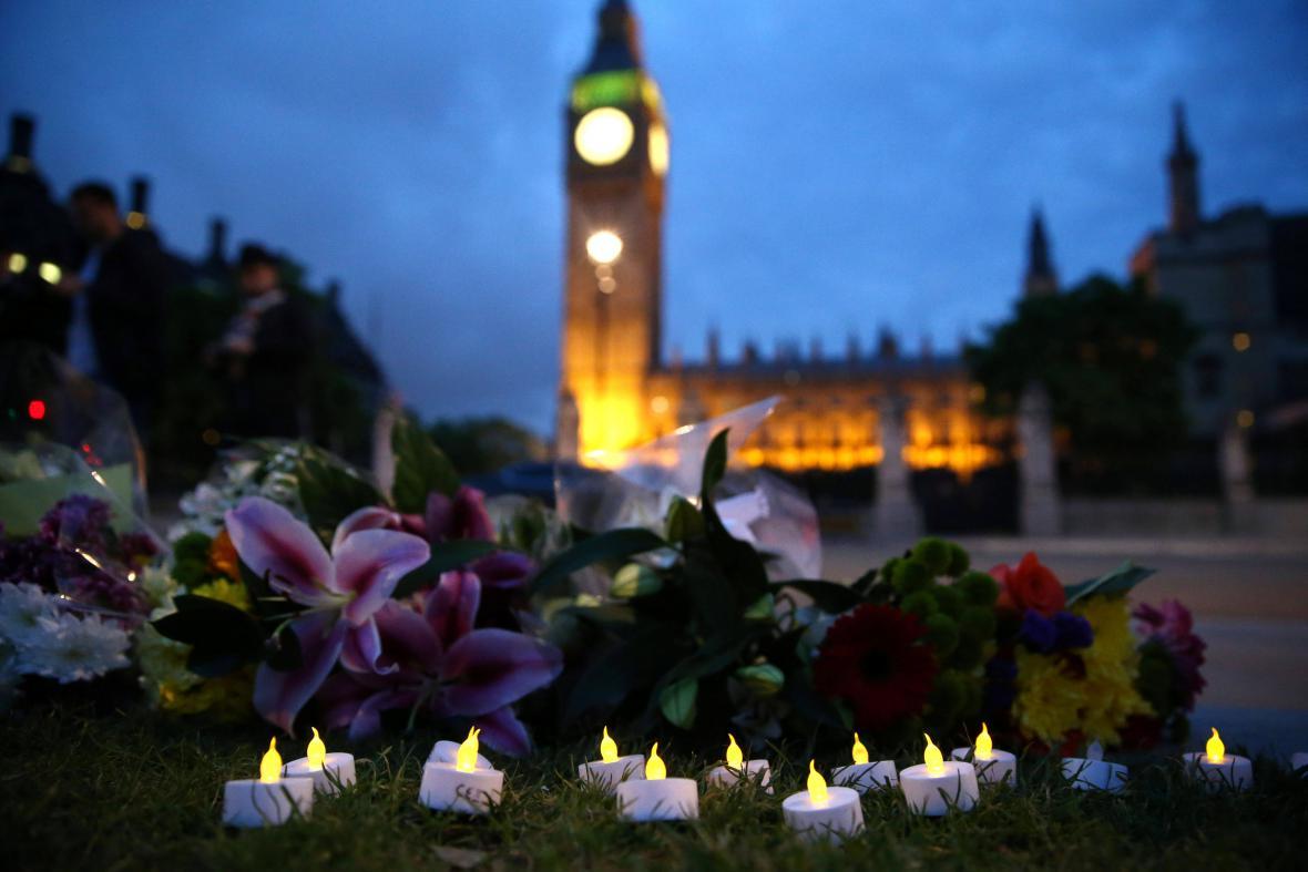 Svíčky za Jo Coxovou na Parlamentním náměstí v Londýně