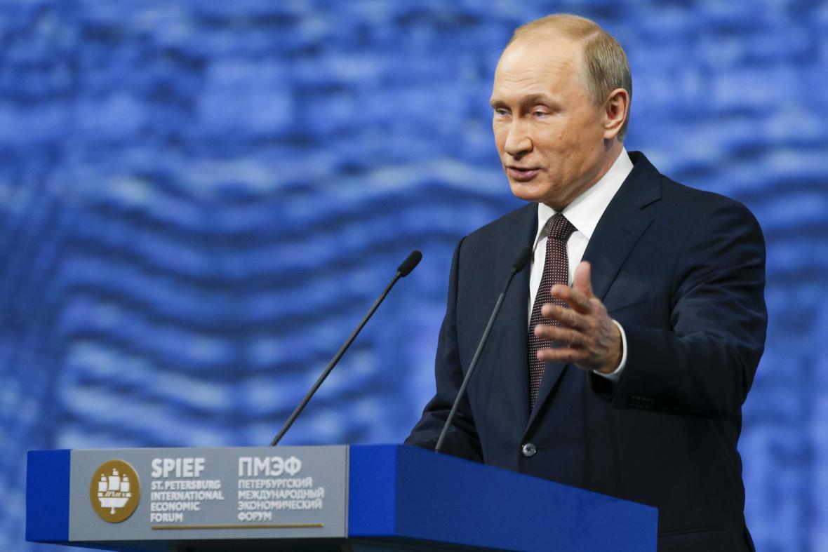 Putin při projevu na mezinárodním ekonomickém fóru v Petrohradě