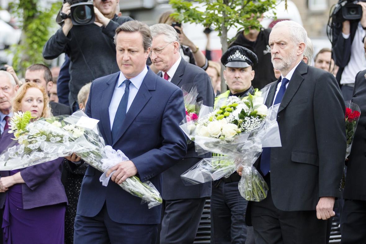 David Camerona Jeremy Corbyn uctili v Birstallu památku Jo Coxové